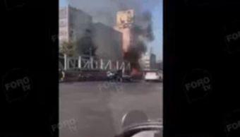 El incendio se registra sobre avenida Chapultepec, a la altura de la calle de Lieja, cerca del Metro CDMX. (Noticieros Televisa)