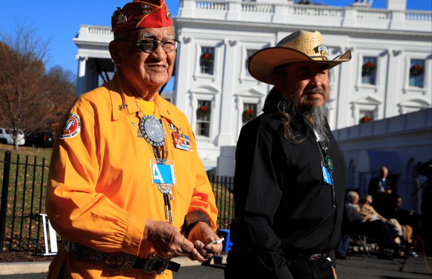 Familias de veteranos navajo fustigan a Trump por llamar Pocahontas a senadora