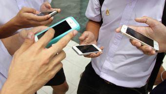 jovenes con celulares e n mano