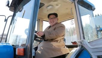 Kim Jong-un sonríe al ponerse al volante de un tractor