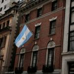 La bandera argentina ondea a media asta en el consulado argentino