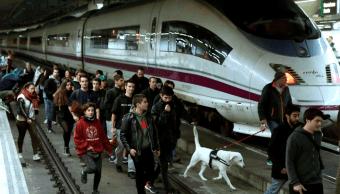 Manifestantes cortan las vías del tren de alta velocidad (AVE) en la estación de Sants de Barcelona