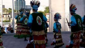 El grupo de matlachines, que viene de Cadereyta, Nuevo León, se alista para danzar y agradecer los favores a la virgen de Guadalupe. (Noticieros Televisa)