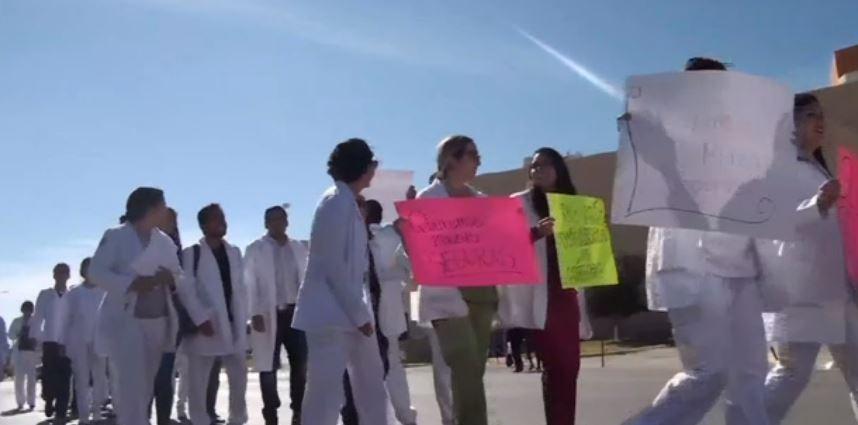 Estudiantes de medicina en Chihuahua marchan contra la inseguridad