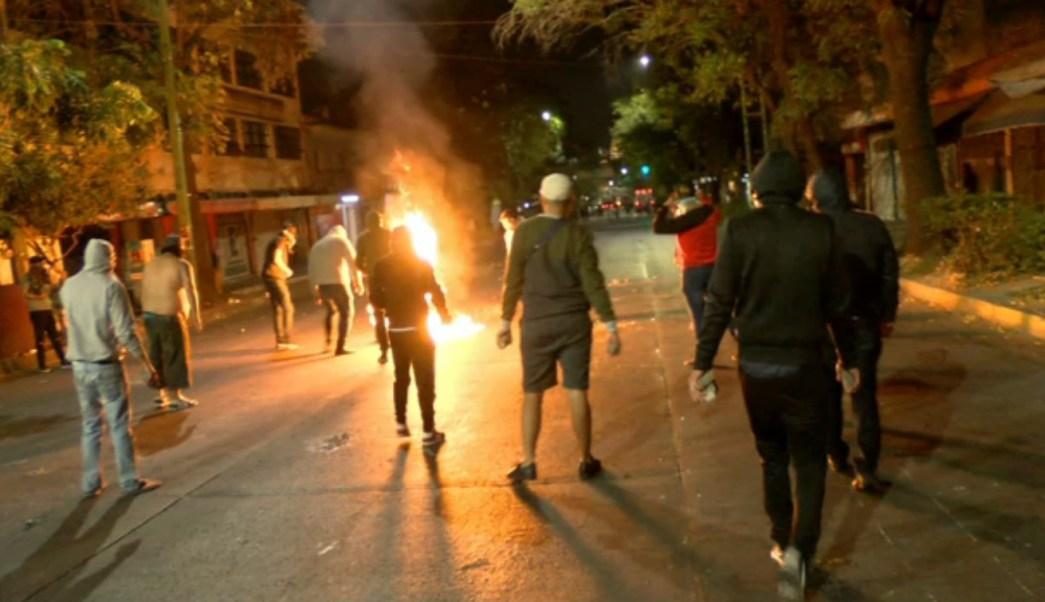 Comerciantes se enfrentan a policías por operativo en mercado de Guadalajara
