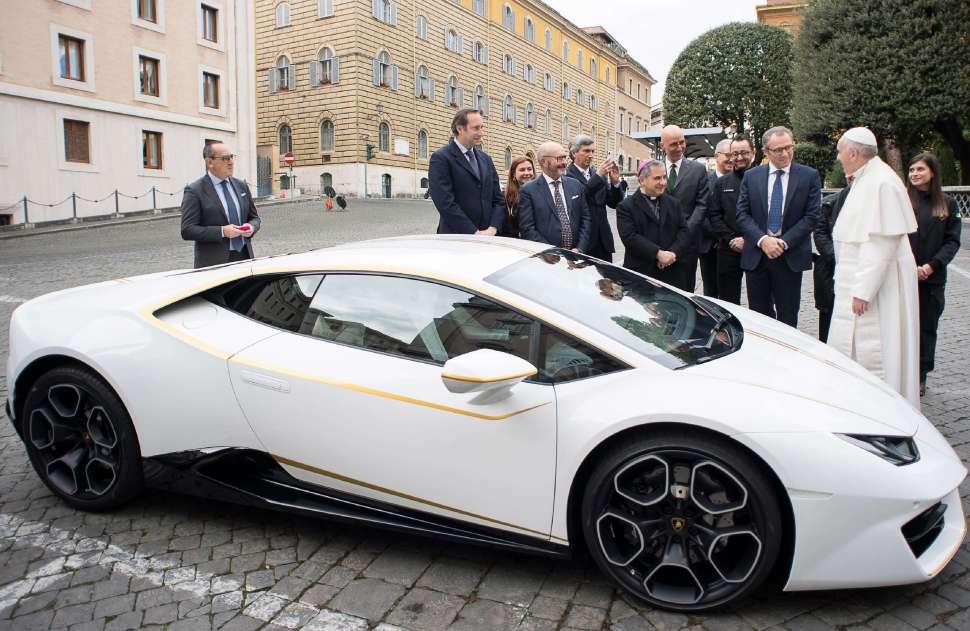 Papa Francisco de pie junto al Lamborghini edición especial que recibió como regalo