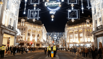 Policías británicos en los alrededores de la estación del metro Oxford Circus