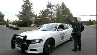 Policías en zona de tiroteo en California. (AP)