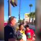 Policías regalan pavo a migrantes en EU. (YouTube)