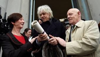 Bob Geldof devuelve distinción en protesta por la 'limpieza étnica' en Birmania