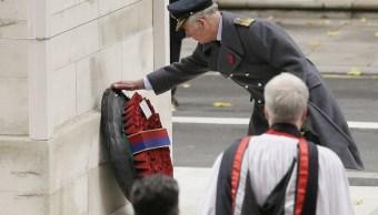Príncipe Carlos sustituye a reina Isabel en homenaje a caídos en guerras