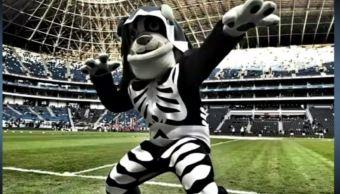 Roban botarga de la mascota de los Rayados de Monterrey. (Noticieros Televisa)