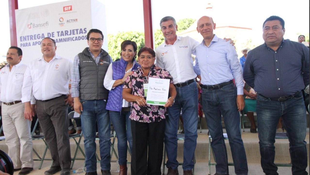 Rosario Robles entrega tarjetas para reconstrucción en Puebla