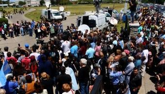 Cientos de argentinos abrazan a familias de tripulantes del submarino desaparecido