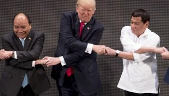 Trump pasa apuros con un apretón de manos estilo filipino