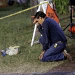 Un hombre se arodilla frente al lugar de la masacre en Texas