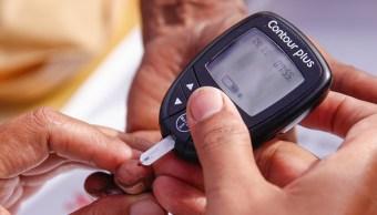 una persona se toma la glucosa en la sangre
