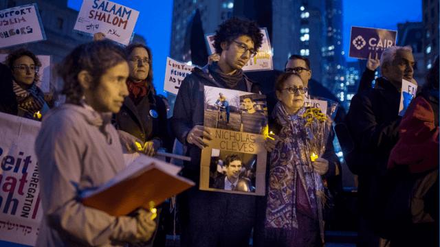 Varias personas rinden homenaje a las víctimas del ataque en Manhattan