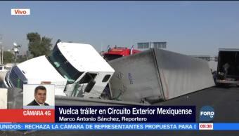 Retiran mercancía de tráiler volcado en Circuito Exterior Mexiquense