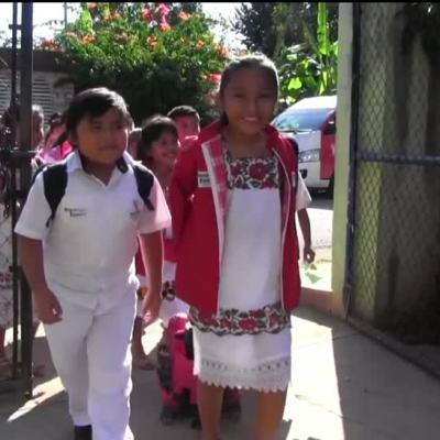 Cambian uniforme por trajes típicos, en Yucatán