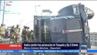 Vuelca camión tras persecución en Taxqueña, CDMX