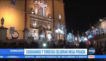 Miles de personas participan en una megaposada en Guanajuato