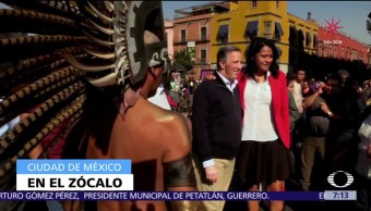Meade visita el Zócalo CDMX y se toma fotos con peatones