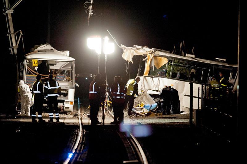 suman seis muertos por choque entre autobus escolar y tren en francia