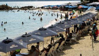 turistas escapan frio playas acapulco