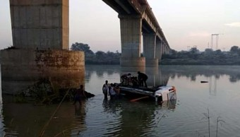 autobus cae a rio desde un puente en india; hay 32 muertos