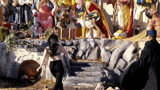 Activista de Femen intenta tomar la figura del Nino Jesus