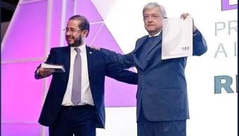 AMLO se registra como precandidato del PES