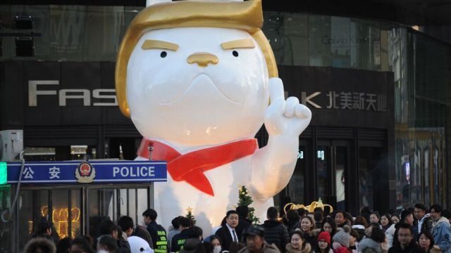 Estatua perro cara Trump aparece China
