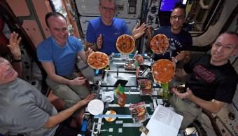 Astronautas preparan pizza sin gravedad a bordo de la EEI