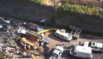 Captan momento de la caída de una retroexcavadora en Huixquilucan