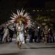 Danzantes aztecas bailan en honor a la Virgen de Guadalupe