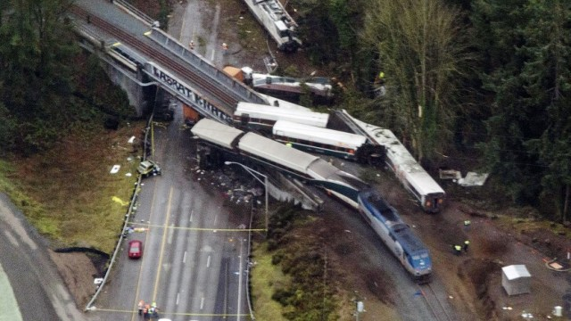 Policía Washington confirma muerte tres personas accidente ferroviario