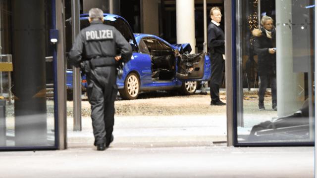 Hombre estrella su auto contra sede de partido en Berlín