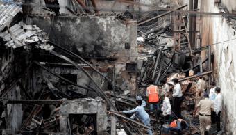 Incendio provoca derrumbe en una tienda de Bombay