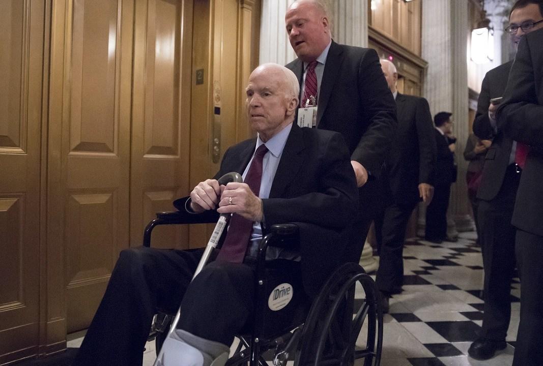 Internan senador John McCain efectos su terapia oncológica