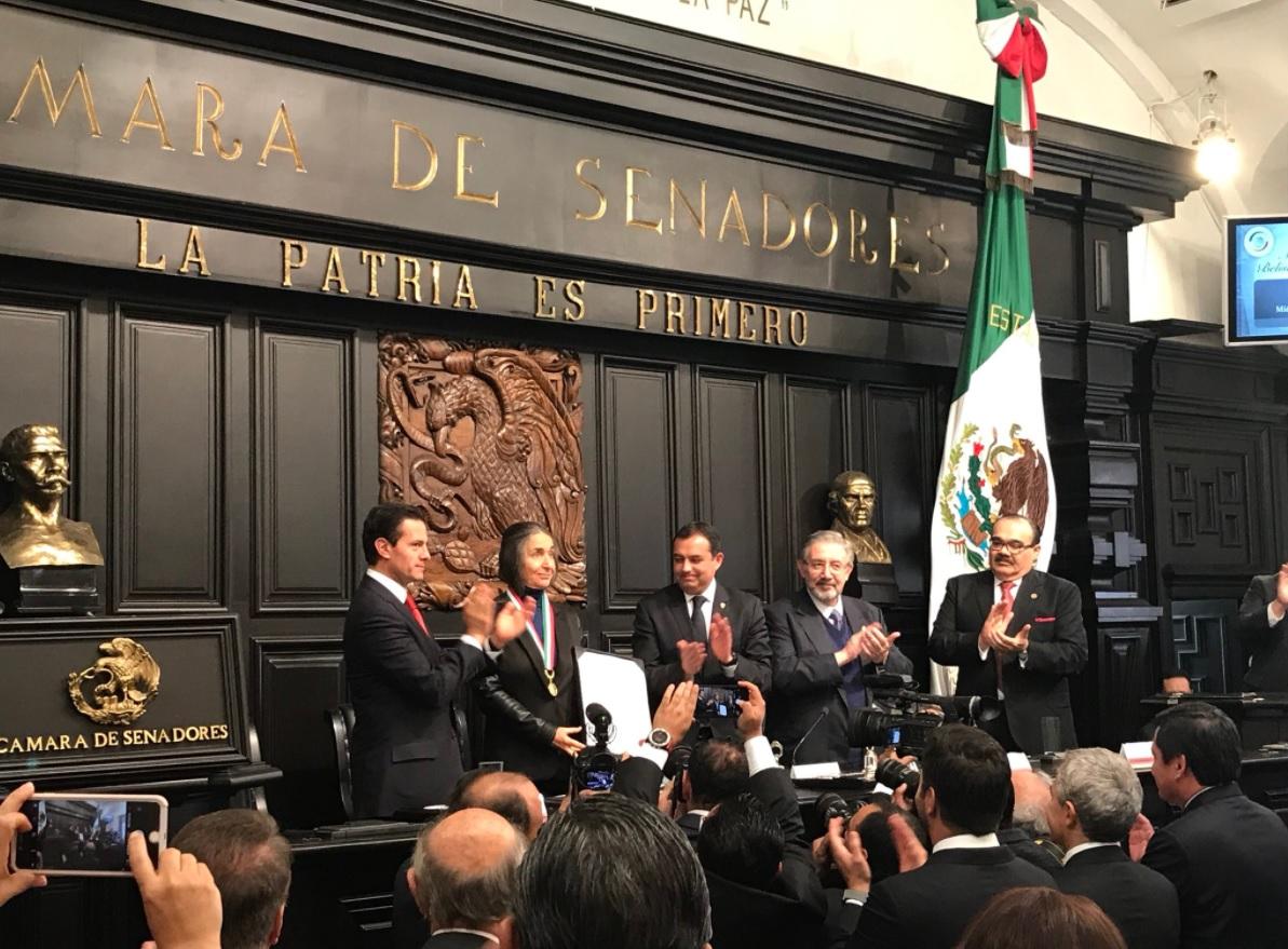 julia carabias recibe en el senado la medalla belisario dominguez