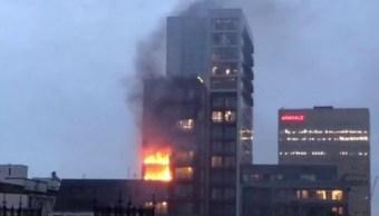 Bomberos combaten incendio en edificio residencial de 12 pisos en Manchester