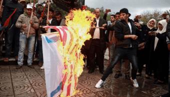 Manifestantes en Gaza queman banderas de Estados Unidos e Israel