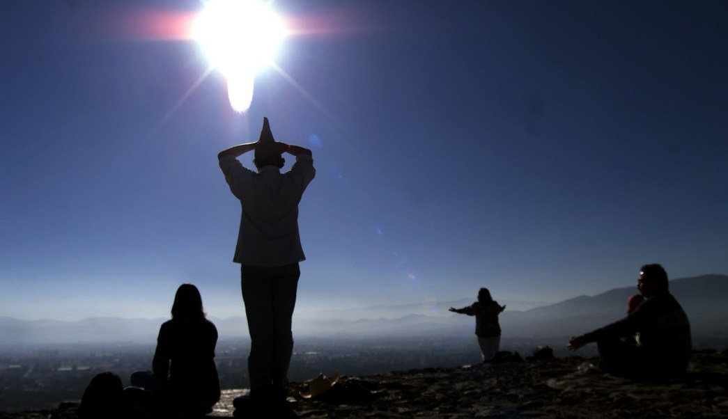 Mexicanos meditan en la Pirámide del Sol por el invierno