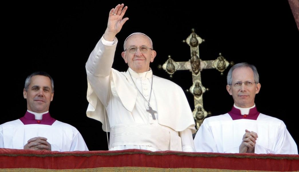 El papa recuerda a niños afectados por guerras, imparte bendición Urbi et Orbi