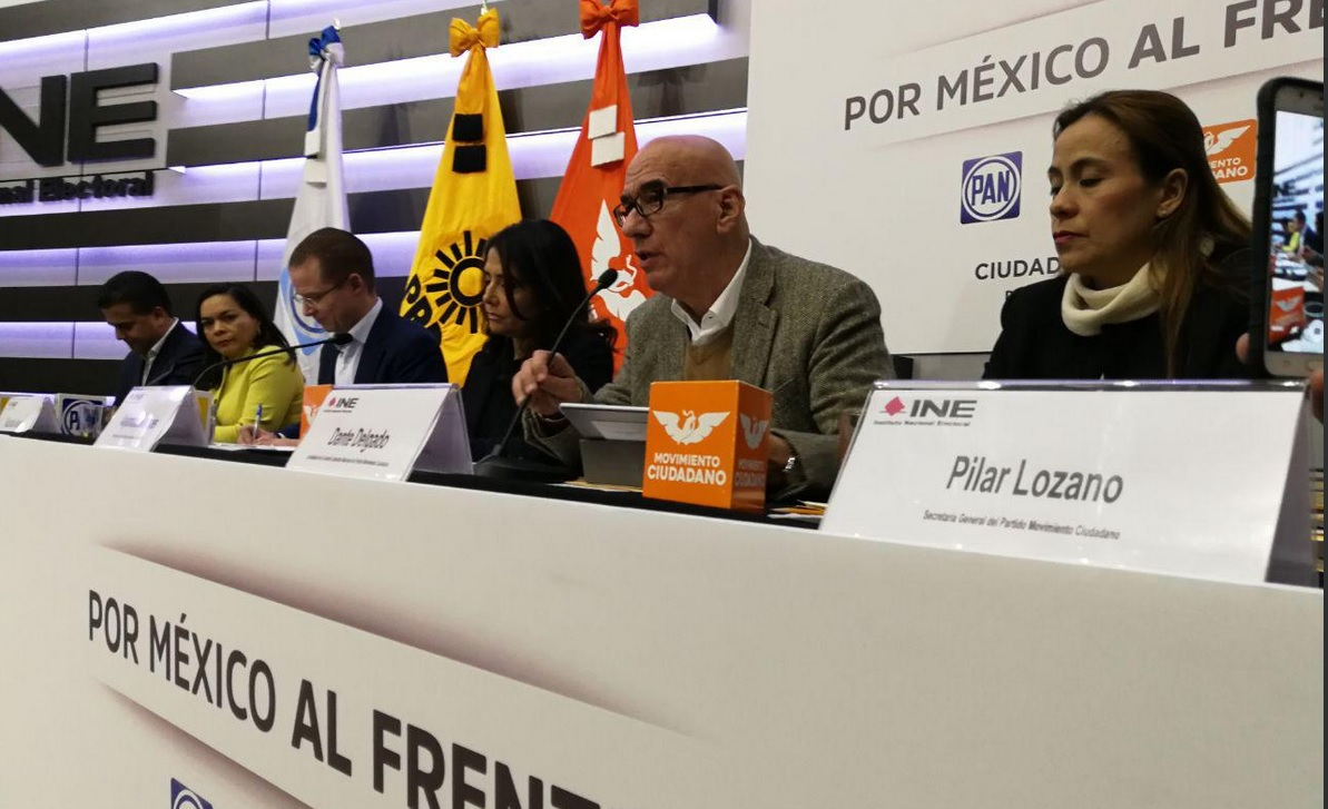 Entrega 'Por México al Frente' documentos para registro en el INE