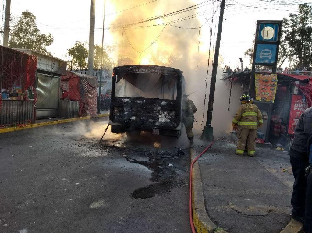Bomberos controlan incendio de vehículo en Taxqueña y Miramontes