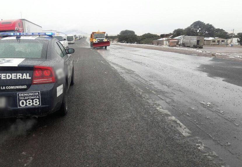 Quitan nieve con maquinaria pesada en la carretera Madera El Largo, Chihuahua
