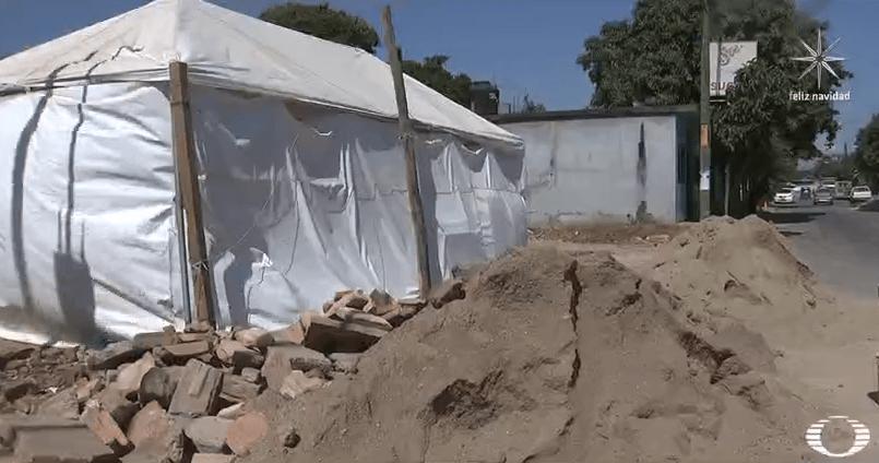 Terreno con escombro tras demolición de casa afectada por sismo en Juchitán