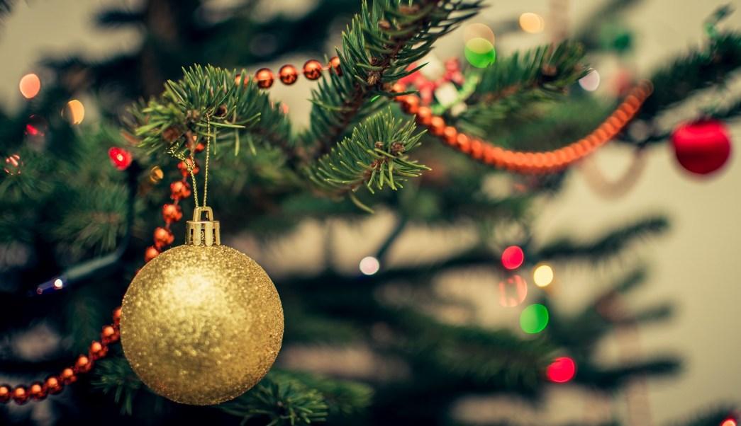Gente Feliz En Navidad.Poner Los Arreglos Navidenos Hace Mas Feliz A La Gente